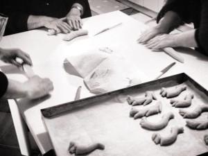 Le nostre ospiti mentre preparano i biscotti